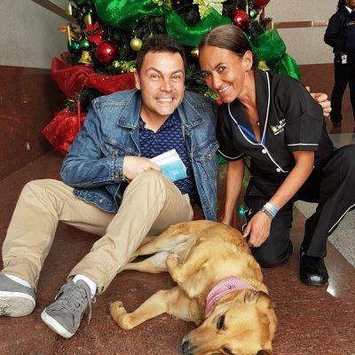 Con Andrés López y una compañera de su trabajo en la sede de Caracol Radio