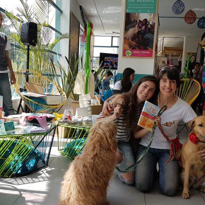 """Entrega de combos a los participantes en la campaña de Crowdfunding lanzada para financiar la publicación de """"La vida es Linda"""", Petspot Parque 93, Bogotá."""